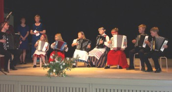 Haitariorkesteri Hattivatit eli HA-HA! esiintyi Omalla Tuvalla Sata-Häme Soi -juhlien ensimmäisessä kummilasten tapaamisessa.