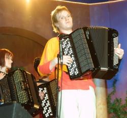 Kultaisen Harmonikan 2003 voitti Janne Mäkinen. Raumalainen mies näytti, kuinka harmonikalla voi soittaa myös pop- ja rock-musiikkia. Kuva: Minna Plihtari.