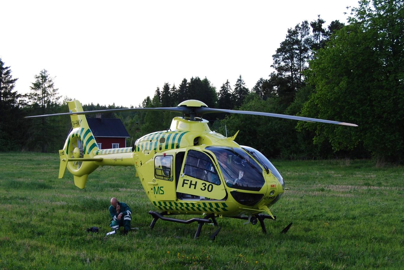 Lääkärihelikopteri Mouhijärven onnettomuuspaikan tuntumassa