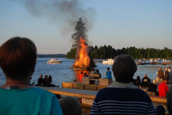 Juhannuskokko keräsi runsaasti yleisöä Rautavedenkadun varteen.