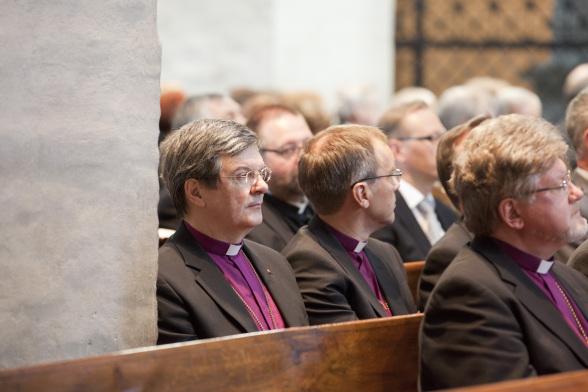 Piispa Kaarlo Kalliala pylvään vieressä vasemmalla.