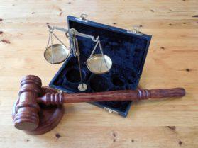 Tuomari, nuija, oikeus