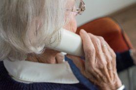 Ikäihminen puhelimessa