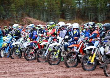Offroad-moottoripyörät kilpailevat Kokemäellä.